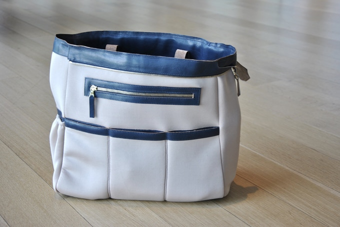 Interior Side-1: 3 Stretchy  Pockets and 1 Zippered Pocket