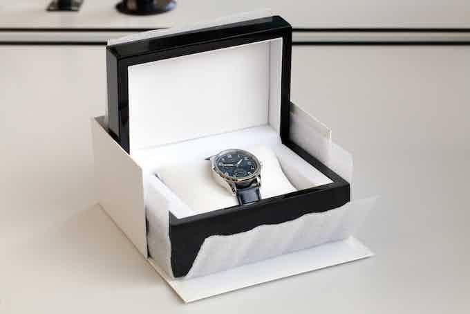 Une boite en bois accueillera votre montre.