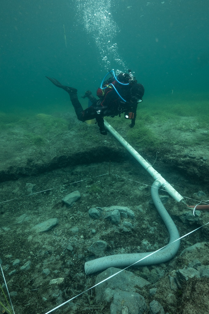 archaeologist diver during the excavation (T. Seguin © ULB)