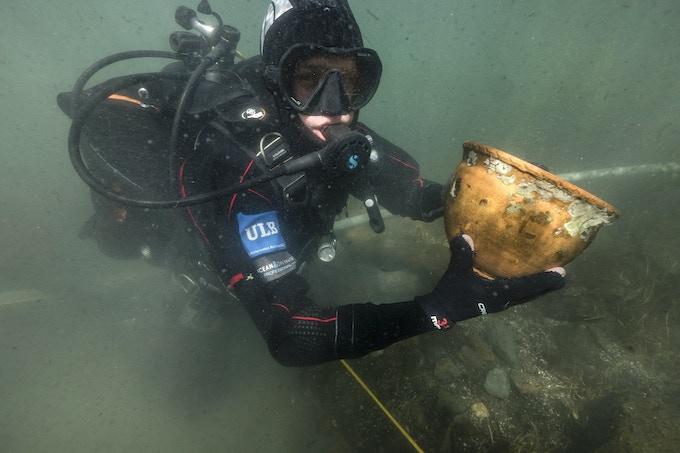 Archaeologist diver (T. Seguin © ULB)