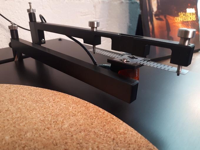 Auto-balancing actuator tonearm design