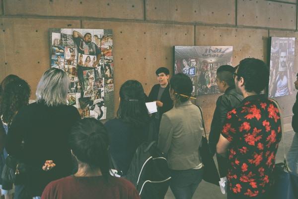 Alumnos en práctica explicando trabajos artísticos