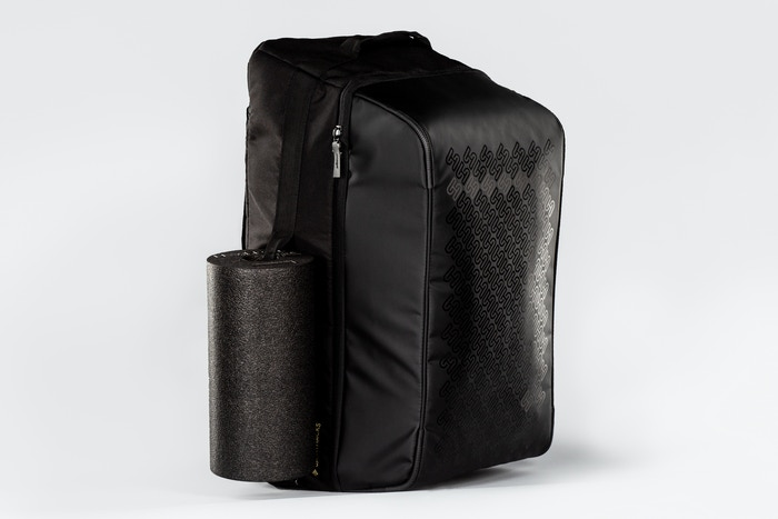 The modular SportHacks Bag is comfortable to wear, provides more order and isolates the stench of sweaty clothes and dirty shoes.