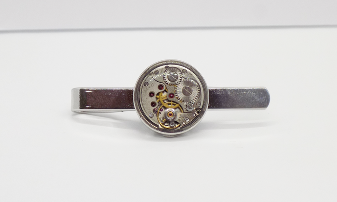 Tie bar in silver with round watch movement with an epoxy protective layer