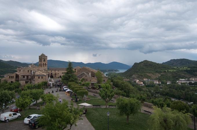 Escaping the Pyreneean mountain rain to Ainsa and its beautiful lake
