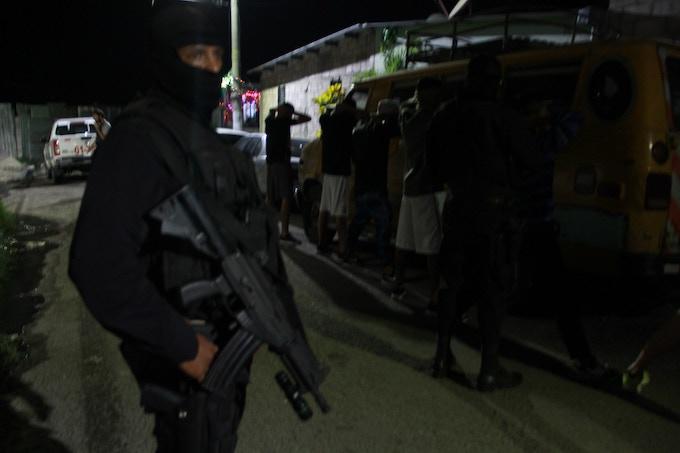La policía busca supuestos pandilleros en Soyapango, San Salvador. | Police looking for gang members in Soyapango, San Salvador. Photo: A. Inzunza