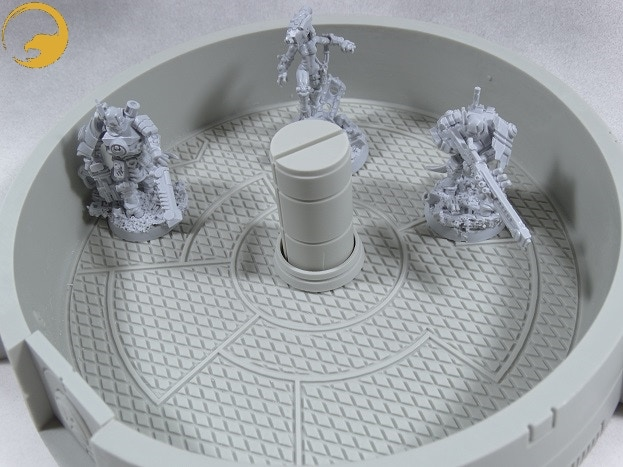 Picture 7: You can remove the roof to place your miniatures inside the pillbox.