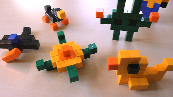 Some figures made out of our prototypes. / Einige Figuren mit unseren Prototyp-Würfeln.