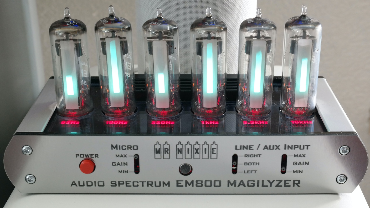 6-Band Audio Spectrum Analyzer with 6 x New Old Stock German TELEFUNKEN EM800 Magic Eye tubes as an easy to build electronic DIY kit.