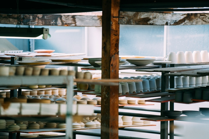 Arita wares waiting to be put in a kiln / 窯入れ前の器