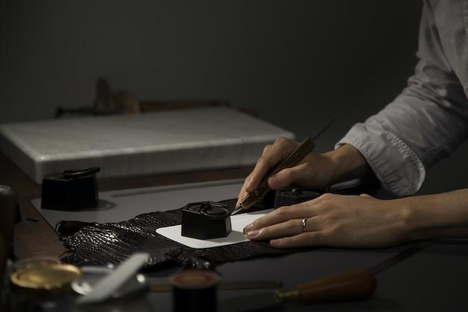 l'Artisan qui fait nos bracelets en cuir.