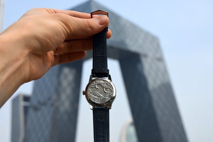 Vue du fond de la montre devant la célèbre tour CCTV de Pékin