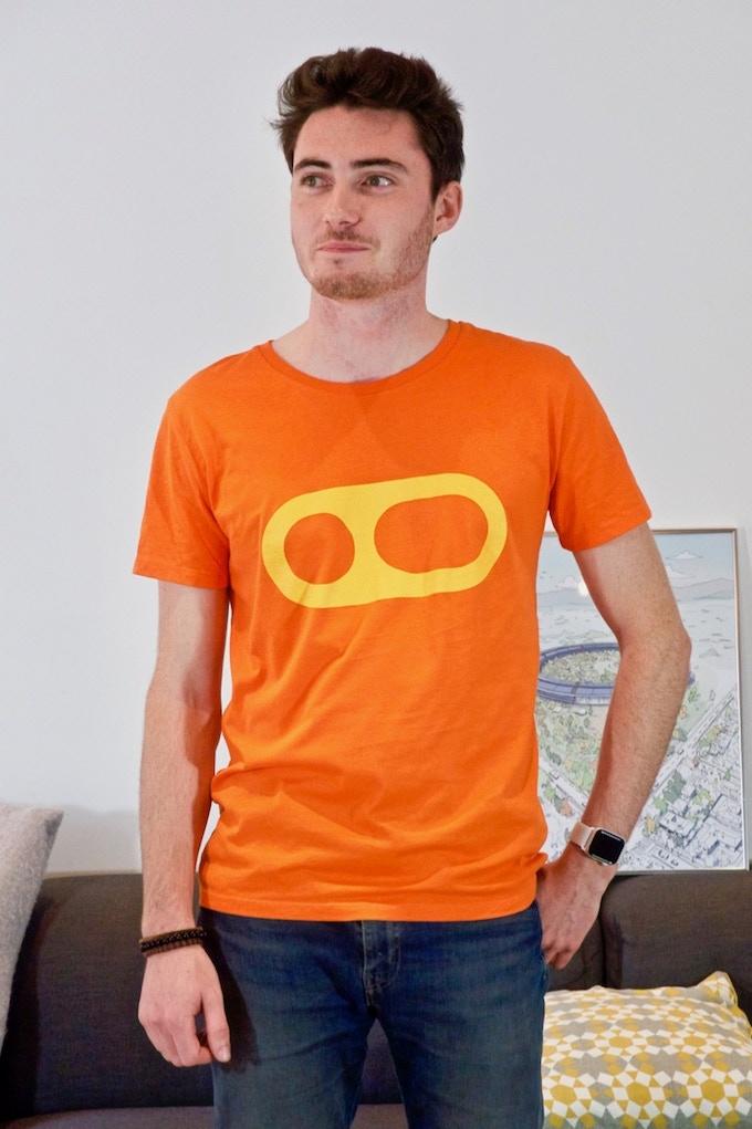 Le t-shirt MacG. Disponible en orange, bleu et rose.