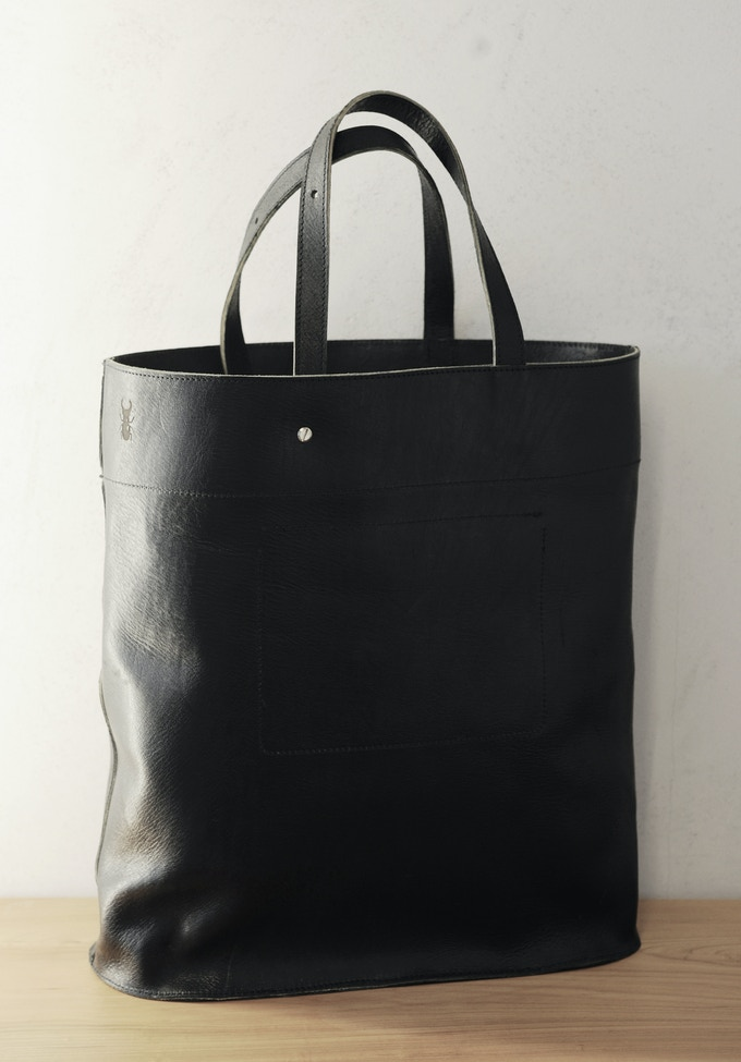 A Cervo Volante Black Mineral Shopper is black to the core while remaining eco-friendly thanks to our unique colouring technique during the tanning process