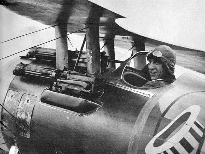 American Ace Eddie Rickenbacker and his Nieuport 28 armed with 7,7 mm Vickers Machine Guns
