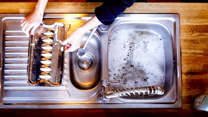 Because the stainless steel pan is smooth and free from dirt traps, it cleans off easily. A few minutes of hot water loosens the dirt. Stubborn dirt can be removed easily from the stainless steel with a scourer, just like on a saucepan.