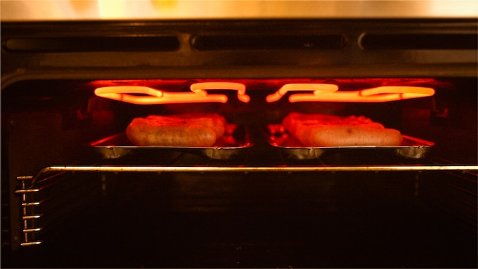 To cook 16 sausages you can place two pans side by side on the oven shelf (min 390mm wide). It also fits on or inside most conventional, manufacturer-supplied grill pans.