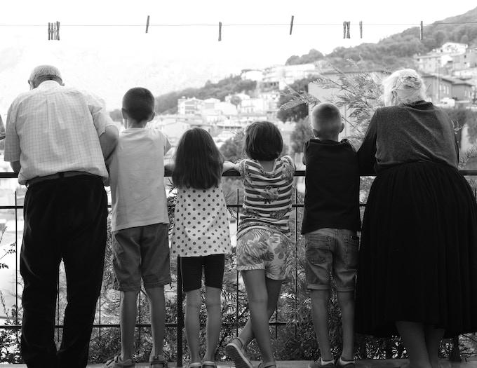 En Sardaigne les liens intergénérationnels sont sacrés. In Sardinia, intergenerational relationships are sacred.