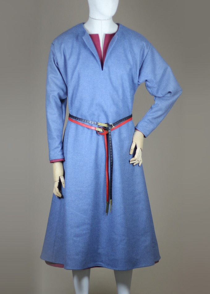 13th century surcotte (blue) worn over the cotte (red).