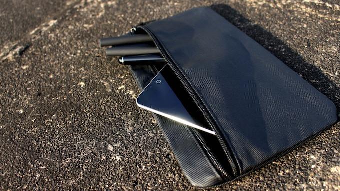 Magnetic detachable gadget bag