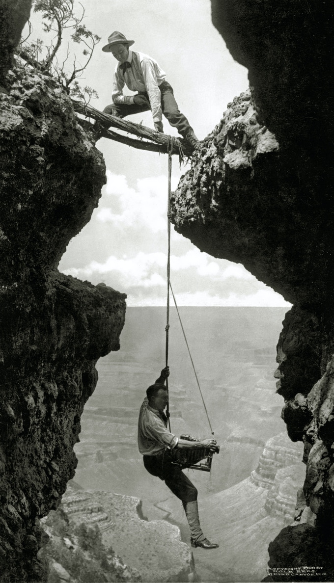 Arizona. Grand Canyon, photographer suspended on climber's rope ( 1908 )/Kolb Brothers Photographers