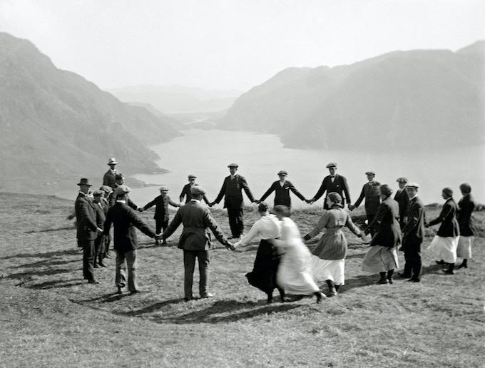 "Playing a game of ""slå på ring"" at Folkefjellet ( 1910 ) - Paul Stang/Fylkesarkivet i Sogn og Fjordane"