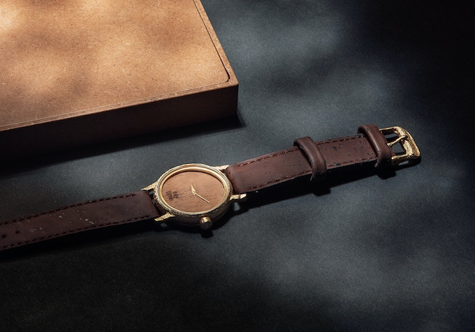The dark cork strap complements the colourfulness of the golden watchcase, while the slightly red-brown colour of the cherrywood watchface is harmonising with the strap. Chose your own combination for your Type One.