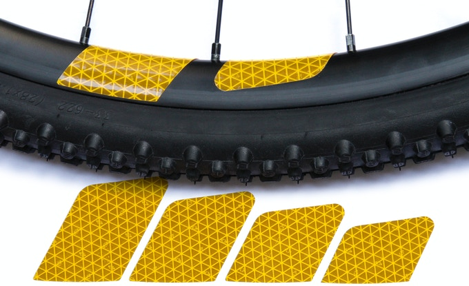 Three cutting aids on the backside support a large variety of end sizes. Just cut along there and get a clean trim that fits your rim visually perfect.