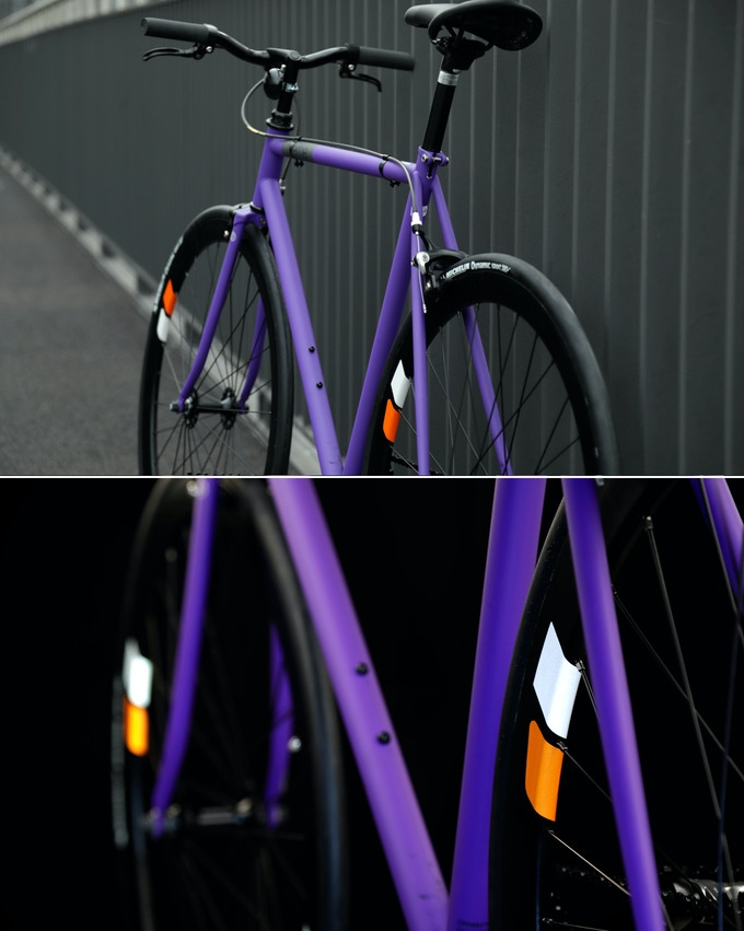 A Fixie bike with 2(!) brakes AND wheel reflectors. Style & safety can go together.