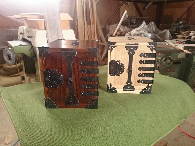 Left : Wiping lacquer / Right : Clear paint