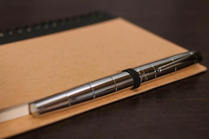 Storyteller Barcelona metal fountain pen - Elegant Metallic Chromium