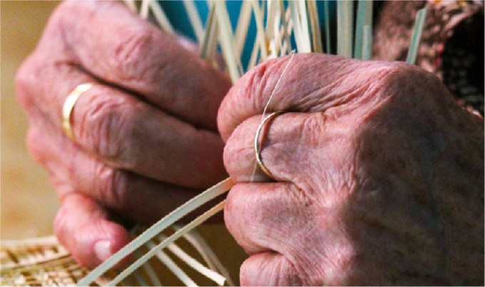 Las manos que entre tejidos unen un legado de tradición. -The hands that between fabrics unite a legacy of tradition.