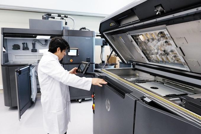 DFactory operator preparing the 3D printer to manufacture a Travel Sax