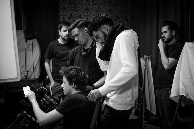 En premier plan : Maxime Raymond (chef op image) + Stéphane Kharraji (réalisateur)