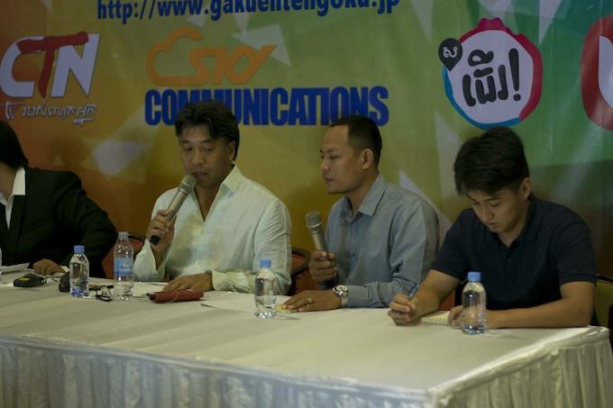 Muneo Ino / 中央左、白いシャツが伊野 カンボジアで主催のコスプレイベント記者会見