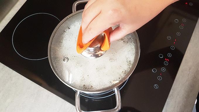 Use MeoMitt instantly to lift a lid (FR: Utilisez MeoMitt instantanément pour lever votre couvercle)