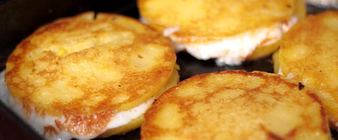 The base for all our sandwiches, the classic mozzarella cheese arepa