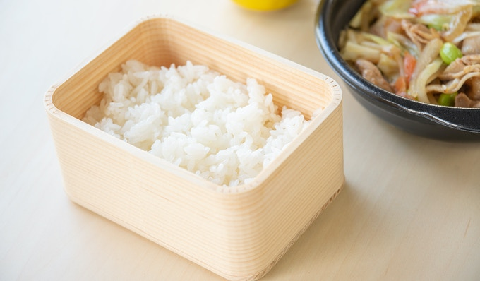 Magemono Bento-box regulates the amount of water in rice and keeps it delicious for a long time.