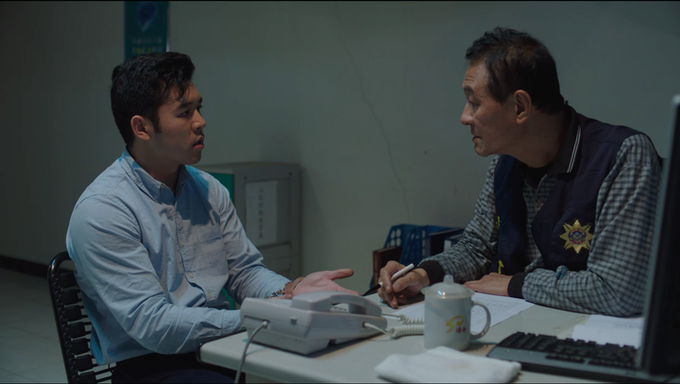 Ahma & Alan still: Gregory Yuan as Alan (left). Akio Chen as Officer Bei (right). 阿嬤與阿倫的平面圖:阿倫 - 袁積友 (左),貝警官 - 陳慕義 (右)