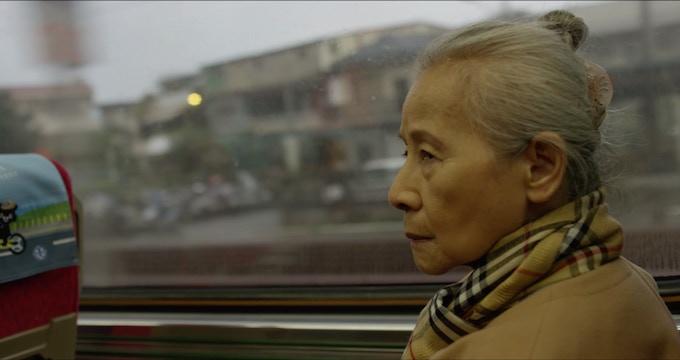 Ahma & Alan still: Grandma Lin (actor Mei-Hou Wu). 阿嬤與阿倫的平面圖:林阿嬤 (演員:吳美和)。