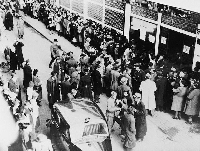 Jews waiting for a Swiss Letter of Protection in front of the Glashaus in Budapest – Bildquelle «Archiv für Zeitgeschichte ETH Zürich/Agnes Hirschi»