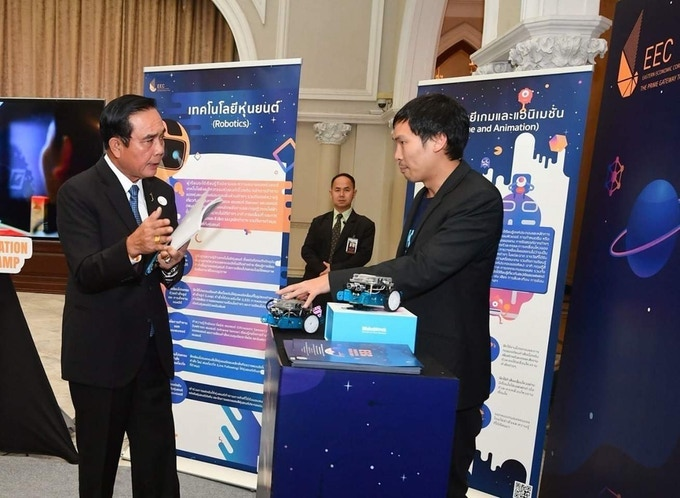 Dr. Pooh delivered the robotics curriculum to Mr. Prayut Chan-o-cha, the Prime Minister of Thailand.