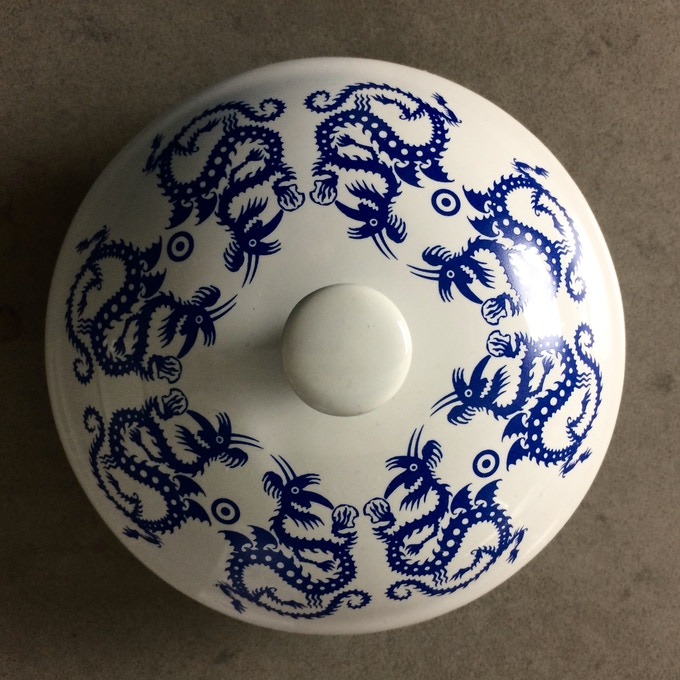 Lid includes more dragons and a silicone gasket for a tight seal.