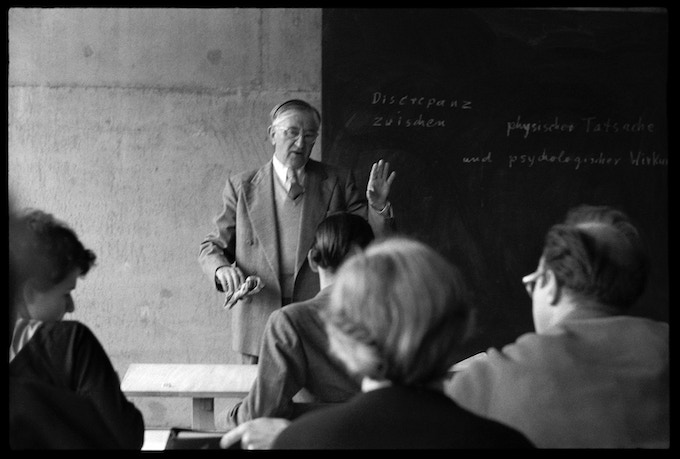 Josef Albers in his second preliminary course at HfG Ulm, 22 May, 1955. His lines at the black board: »Discrepancy between physical fact and psychological effect«.