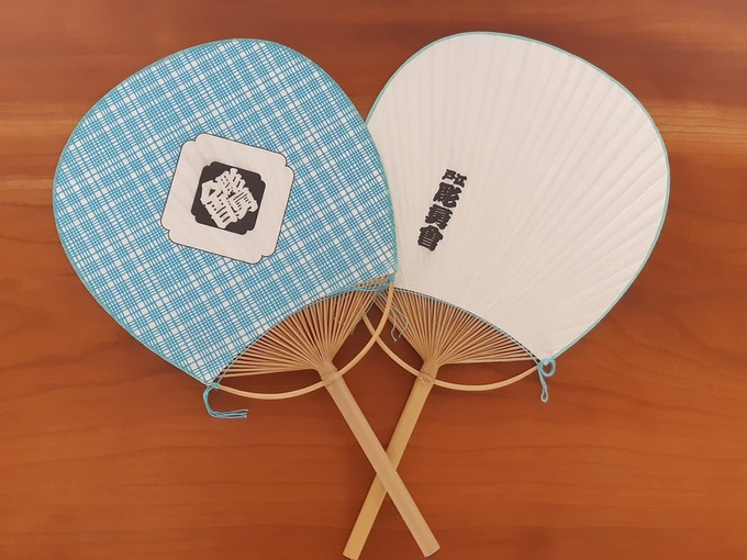 Front and back of the Chōyūkai uchiwa fan. Handcrafted from bamboo and paper.