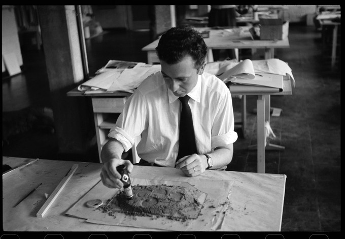 Student Alexandre Wollner working with sand in Albers' second preliminary course, 28 July, 1955.