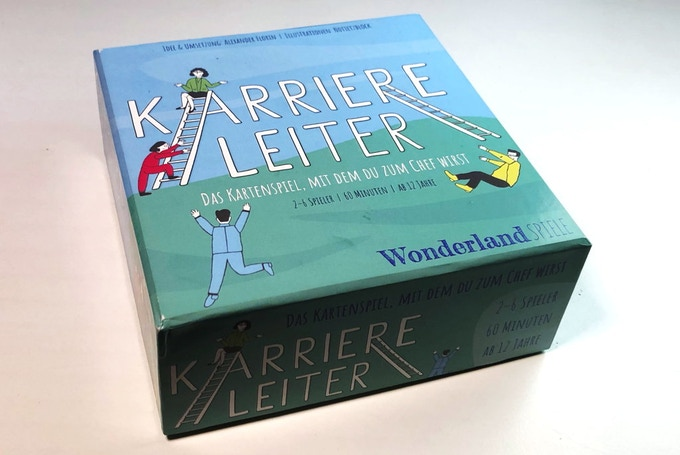 Die Box (13×13cm groß, 5cm hoch) enthält 240 Karten und die Spielanleitung.