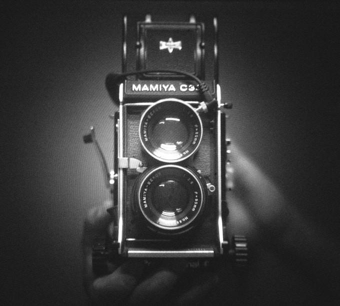 """Selfie"" Mamiya C330 + I'm Back® MF - Asa 100 f 2.8 - test fresnel - RAW B&W"