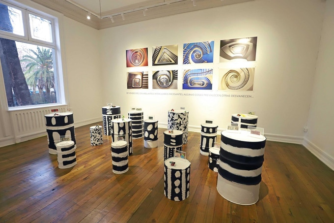 Neo Norte 1.0 - Fundación Cultural de Providencia, Santiago, Chile - August / September 2018 - Syncretism Room - Curator: Tere Chad - Time Machine Photographies: Balint Alovits - Defaced Bills: César Baracca - Ready Made Objects: Isaac de Reza - Selk'nam Installation: Tere Chad - Photographer: Carlos Giadach Valdivia