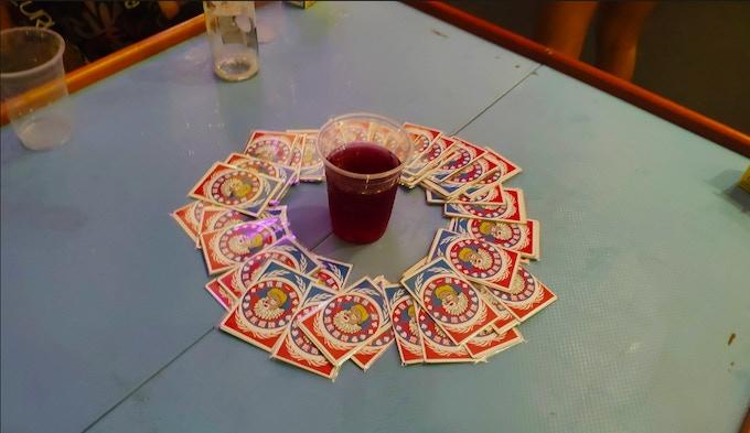 抽完牌後讓圓圈斷開,抽牌的人需要把中間的酒全部喝掉!